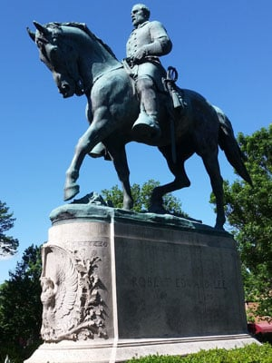 statue of general robert e lee in lee park