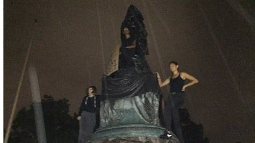 Charlottesville: Protesters cover Thomas Jefferson statue