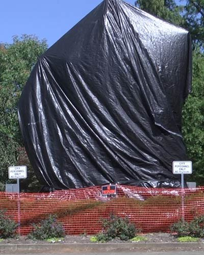 """A """"fence"""" around the Lee statue to prevent the tarp from being removed"""