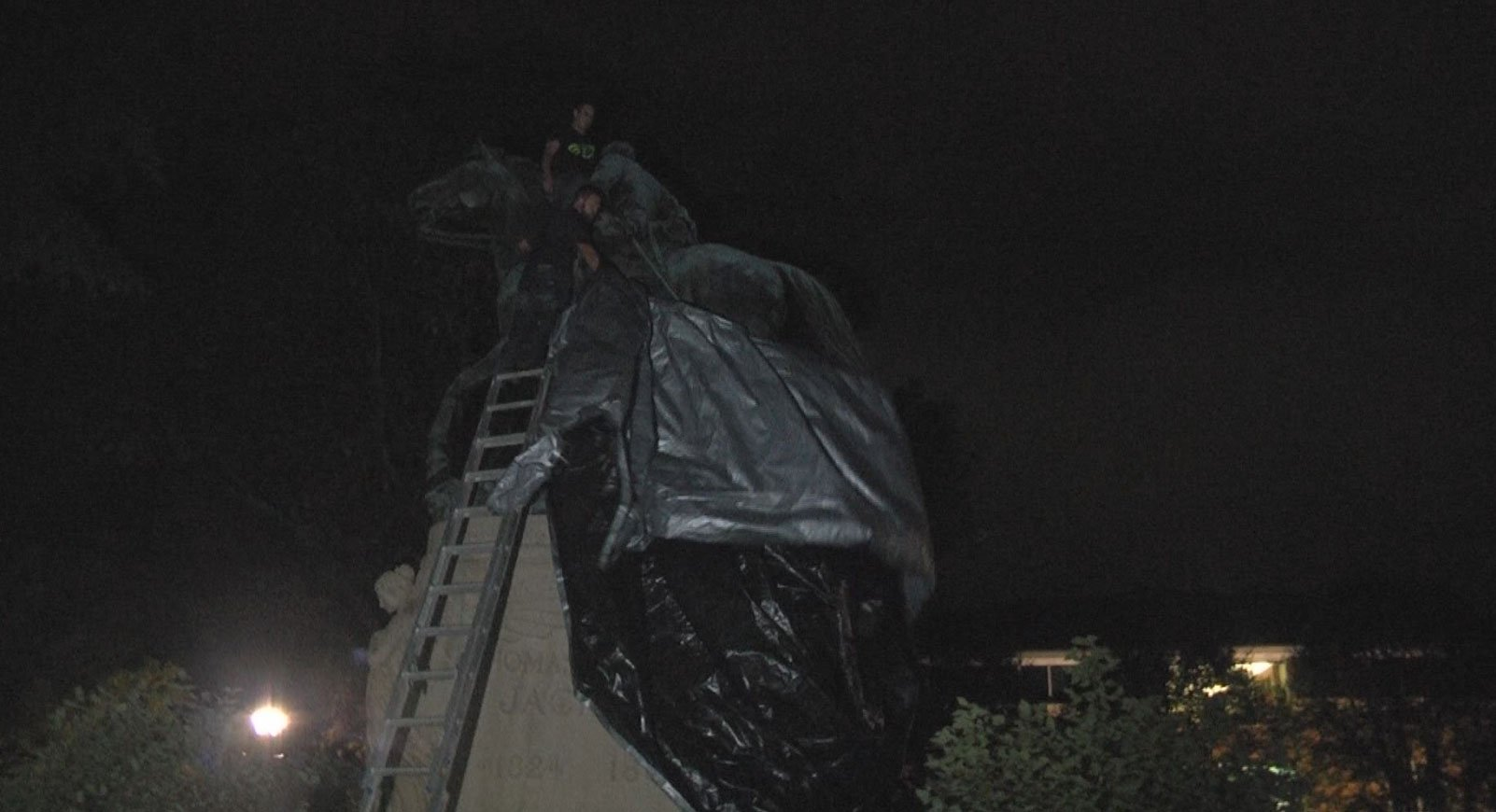 """People uncovering the """"Stonewall"""" Jackson statue"""